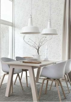 A dining room with a Scandinavian touch. This is so beautiful and simple! white and wood are the perfect combination. Click here for more decoration tips.