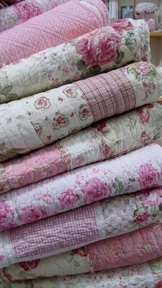 Lovely stack of shabby chic quilts. Love that shabby! Cottage Shabby Chic, Shabby Chic Quilts, Shabby Chic Mode, Shabby Chic Vintage, Estilo Shabby Chic, Shabby Chic Bedrooms, Shabby Chic Style, Vintage Quilts, Shabby Chic Decor