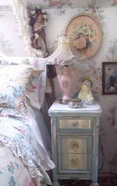 Shabby chic is actually a synonym of femininity. Shabby chic style gets much more acceptance in the world of interior dcor for females these days for . Shabby Chic Bedrooms, Shabby Chic Cottage, Vintage Shabby Chic, Shabby Chic Homes, Shabby Chic Style, Romantic Bedrooms, Chabby Chic, Romantic Cottage, Romantic Homes