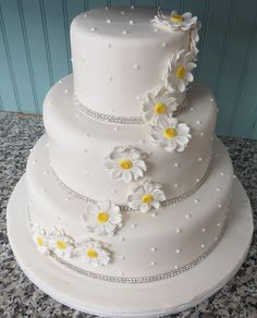Add gold fondant dots or ribbon or gold dust/frosting. Inspiration for cupcake and/or top layer. Daisy Wedding Cakes, Wedding Anniversary Cakes, Daisy Wedding Decorations, Wedding Centerpieces, Wedding Flowers, Pretty Cakes, Cute Cakes, Beautiful Cakes, Amazing Cakes