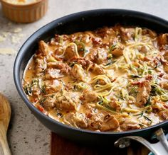 Image: Low Carb Rezepte: Cremige Tomaten Hähnchen Auflauf mit Parmesan und Zucchini.