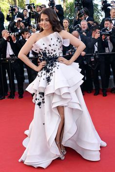 "Aishwarya Rai at the premiere of ""Youth"" during the 2015 Cannes Film Festival in a Ralph & Russo couture gown. Diana Fashion, Look Fashion, Fashion Show, Nice Dresses, Casual Dresses, Fashion Dresses, Formal Dresses, Prom Dresses, Bollywood Celebrities"