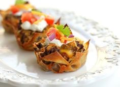 These Double Decker Taco Cupcakes are layers of wonton wrappers, taco meat, beans, cheese and topped with taco toppings. Remember these Lasagna Cupcakes, well these Double Decker Taco Cupcakes are the Mexican version of those. Taco Cupcakes, Savory Cupcakes, Lasagna Cupcakes, Mexican Cupcakes, Chicken Cupcakes, Breakfast Cupcakes, Bacon Breakfast, Themed Cupcakes, Health Breakfast
