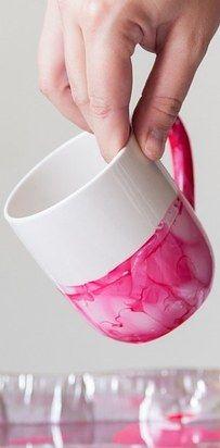 Una increíble taza de cerámica pintada con esmalte de uñas. | 14 Regalos hechos por ti que le puedes dar a alguien sin gastar dinero