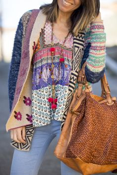 Sweater and bag Hippie Style, Bohemian Style, Boho Chic, My Style, Boho Gypsy, Hippie Boho, Boho Outfits, Winter Outfits, Diy Collares