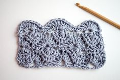 Apprendre à crocheter le point Starburst forme de petits cercles composés de brides simples. Un point parfait pour commencer à crocheter vos pièces d'hiver.