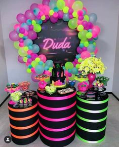 His remembrance can become a fun evening with the theme party neon! You can do many things even at home, see now! Neon Birthday, Cute Birthday Gift, Sweet 16 Birthday, Birthday Parties, Birthday Cake, Glow In Dark Party, Glow Party, Neon Party Decorations, Birthday Decorations