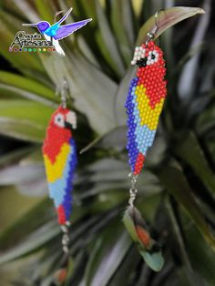 Hermoso artes de chaquira tejidos a mano con aplicación pluma colorida de perico. Seed Bead Crafts, Beaded Crafts, Diy Crafts Jewelry, Beading Projects, Beading Tutorials, Beaded Earrings, Beaded Jewelry, Parrot Feather, Beading Patterns Free