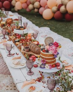 Beautiful table setting for bridal shower Picnic Baby Showers, Picnic Birthday, Outdoor Birthday Parties, Outdoor Dinner Parties, Fall Birthday, 16th Birthday, High Tea, Party Planning, Event Planning Design