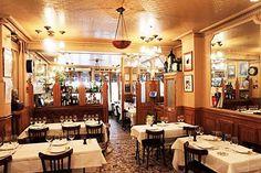 Restaurantes para almoçar sozinha em Paris Josephine Restaurant Garnier, 11 Rue Saint-Lazare, 75008 Paris, France, +33 1 43 87 50 40, Metro Gare de Saint Lazare. Aberto todos os dias: das 12:00 – 14:30, 19:00 – 23:00 Frenchie bar a vin, 5-6 Rue du Nil, 75002 Paris, France, +33 1 40 39 96 19, Metro: Santier. Aberto de segunda a sexta: das 19:00 – 23:00 Josephine – Chez Dumonet, 117 Rue du Cherche-Midi, 75006 Paris, France, +33 1 45 48 52 40. metro: Duroc, Falguière. Aberto de segunda a…