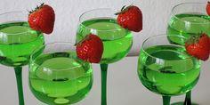 Flot drink med farve som en nyslået græsplæne. Har en god smag af Pisang Ambon blandet med lidt vodka og Sprite. Bartender Drinks, Cocktail Drinks, Alcoholic Drinks, Beverages, Baileys Irish Cream, Dessert, Frisk, Vodka, Punch Bowls