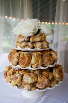 cinnamon bun wedding cake recipe wedding i do s on tulle chuppah and burlap roses 12870