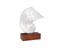 Peça: bidimensional, 18cm de altura.  Materiais disponíveis: alumínio (prata).  Base: madeira natural ipê ou madeira revestida de fórmica preta, 12x6x4cm.  Placa cortesia: aço inox (prata), 6x2cm.