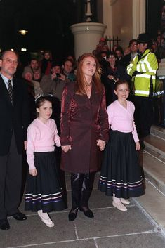 Sarah, Duchess of York, with her daughters Princess Beatrice and Princess Eugenie at a charity Christmas show in London. Princess Eugenie And Beatrice, Royal Princess, Princess Diana, Sarah Duchess Of York, Duke And Duchess, Duchess Of Cambridge, Royal Family Christmas, Kate Middleton News, Eugenie Of York
