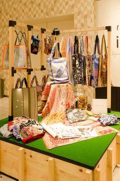 10月の展示は「ぬののもの」。福島県で生まれたニットブランド「NIJIIRO CAMP」のバッグなどが並ぶ。