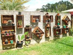 Old crates decorate garden wall Vertical Pallet Garden, Vertical Gardens, Garden Pallet, Wooden Garden, Pallet Planters, Planter Boxes, Old Crates, Wooden Crates, Wooden Boxes