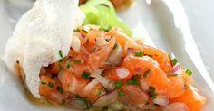 De origem peruana, o ceviche consiste em um peixe branco marinado em uma mistura cítrica. A receita de ceviche de salmão é simples de fazer e ideal para servir como um aperitivo saboroso. Veja também Receita de ceviche de peixe branco Receita gourmet de ceviche de robalo Tartare d