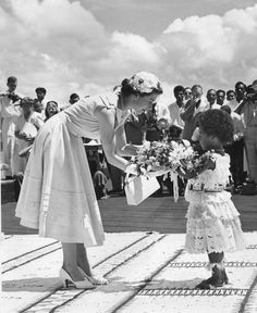 Queen Elizabeth II accepting flowers from a Fijian Princess, Suva, during the Royal Commonwealth Tour. Princesa Kate, Casa Real, Prince Phillip, Queen Of England, Royal House, Royal Life, Save The Queen, Glamour, British Monarchy