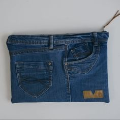 Make a laptop case It's super quick and easy to make a DIY La. Make a laptop case It's super quick and easy to make a DIY Laptop Case using your old jeans. Learn how to make you own laptop sleeve. Sewing Hacks, Sewing Projects, Sewing Tips, Sewing Tutorials, Sewing Crafts, Diy Projects, Denim Bag Patterns, Sewing Patterns, Artisanats Denim
