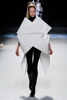 Trendy origami fashion paper issey miyake Ideas fashion ready to wear Trendy origami fashion paper issey miyake Ideas Origami Fashion, Paper Fashion, 3d Fashion, Fashion Show, Fashion Details, High Fashion, Yohji Yamamoto, Issey Miyake, Mode Origami