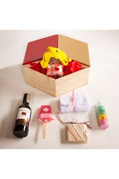 Do you want to send a beautiful gift to a woman in Colombia?, well at the e-commerce of La Confiteria, you can find this beautiful gift, Marilyn Monroe filled with gummies, a red wine, chocolates, soap and a towel for a bath tube, you name the occasion we send the gift. La Confitería, gift store in Colombia. Bath Tube, Gift Store, Marilyn Monroe, Chocolates, Red Wine, Towel, Soap, Canning, Gifts