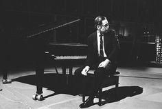 Bill Evans の無料動画視聴 & 再生。 ビル・エヴァンス(Bill Evans, 本名:William John Evans(ウィリアム・ジョン・エヴァンス), 1929年8月16日 - 1980年9月15日)は、ジャズのピアニスト。 米国・ニュージャージー州出身。 クラシックに影響を受けた印象主義的な和音、スタンダード楽曲を題材とした創意に富んだアレンジと優美なピアノ・タッチ、いち早く取り入れたインター・プレイの演風は、ハービー・ハンコック、チック・コリア、キース・ジャレットなど多くのピアニストたちに多大な影響を与えたほか、ジョン・マクラフリンといった他楽器のプレイヤーにも影響を与えている。 エヴァンスのアルバムには駄作が一枚も無いと評されることもあるほど、質の高い録音が多い。中でもベースのスコット・ラファロと録音した諸作品は、ジャズを代表する傑作としてジャズファン以外にも幅広い人気を得ている ディスコグラフィー リバーサイド・レコード (Riverside Records) New Jazz Conceptions (1956) Everybody...
