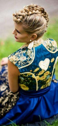 Tian van Tastique  Der in Starnberg geborene Designer Tian van Tastique interessierte sich bereits als Kind für die Mode.  Nach dem Abitur erfüllte er sich mit seinem Studium an einer renommierten Modeschule seinen Traum Modeschöpfer zu werden.  Bereits während seines Studiums wurde er von Rudolph Moshammer für sein außergewöhnliches Können ausgezeichnet. Mit Beendigung des Diploms arbeitete er zunächst für einige Labels bevor er 2009 sein eigenes Modehaus eröffnete