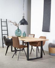 Stoer wonen! Wanneer je meubelen bestaan uit meerdere soorten materialen creëer je een speels effect in huis. Zo krijgt een houten tafel een stoer randje wanneer hij ook bestaat uit 'harde' materialen zoals ijzer, glas of staal. Lees hier hoe je zo'n materialenmix in huis haalt > #kwantum #woonkamer #eetkamer #materialenmix