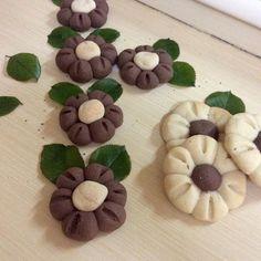 En güzel mutfak paylaşımları için kanalımıza abone olunuz. http://www.kadinika.com Papatya kurabiyeler kizim icin  yarın okulda her yıl düzenlenen kermes icin yapildı çocukların beğeneceği türden bi kurabiye oldun istedim umarım beğenirler.....tarifi için 250 gr tereyağı 1yumurta 1bucuk su bardağı pudrasekeri 4yemek kaşığı nişasta 1pk vanilya yarım pk kabartma tozu 1cay bardağı sıvıyaghamurun yarısı icin 1tatlı kaşığı kahve 2yemek kaşığı kakao tüm malzemeyi ekleyerek yumuşak bir hamur…