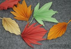 Papier falten ist eine schöne Beschäftigung im Herbst. Finde hier eine kostenlose Anleitung, wie man Herbstblätter aus Papier falten kann.