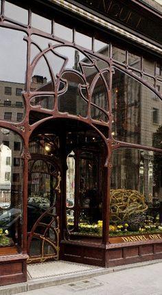Art Nouveau in Brussels:   Paul Ankar, 1896. Antiga camiseria Niguet, avui una floristeria