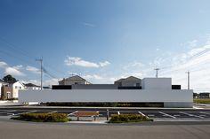上品でインパクトのある外観 端正な横長プロポーションの外観 大阪の建築家による歯科医院の建築設計の実例