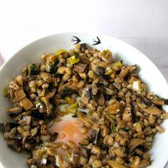 Cevada e cogumelos com ovo escalfado