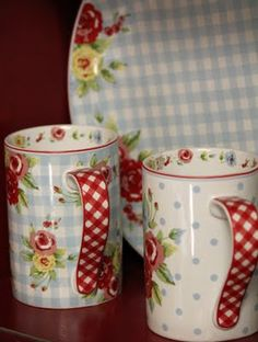 Floral mugs with red gingham handles Red Cottage, Cottage Style, Red Kitchen, Vintage Kitchen, Pioneer Woman Kitchen, Pip Studio, Red Gingham, China Patterns, Country Decor