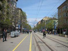 Е, преди 5 години по-добре ли беше, а ?  КОЙ не харесва Витошка ? Да, живеещите в Граничните квартали на София е нормално да искат да има контейнери за боклук вместо маси на заведения ...  #Sofia #streetphotography архив, 16.04.2011 003 https://www.facebook.com/Vitosha.Boulevard.Sofia/photos/a.394613117290527.94860.394609830624189/957541684330998/?type=3&theater  Реклама на недвижими имоти