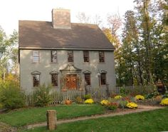 salt box houses Would be a cute guest house on a nice piece of property! Primitive Homes, Primitive Kitchen, Saltbox Houses, Old Houses, Colonial House Exteriors, Colonial Architecture, Antique House, New England Homes, England Houses