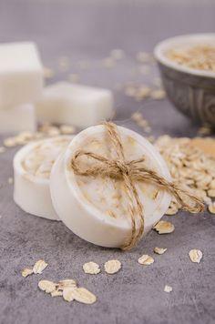 Ako vyrobiť vlastné mydlo s ovsenými vločkami a medom - Šperkovo. Soap Making, Glass Of Milk, Panna Cotta, Diy Crafts, Homemade, Ethnic Recipes, Desserts, Food, Soaps