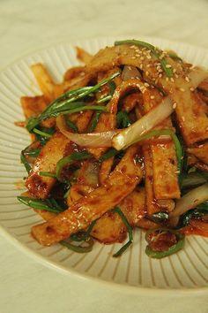 매콤 어묵볶음 만들기~ 밥도둑이 따로없네! 오랜만에 집밥먹고싶다는 동생~반찬 뭐 만들어줄까? 하다가 냉... K Food, Food Porn, Food Menu, Korean Side Dishes, Asian Recipes, Beef Recipes, Cooking Recipes, Korean Street Food, Korean Food
