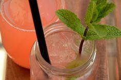 Såååå dét lemonadeee tiiid.. 😉 Sådan en lækker søndag kalder da næsten på lidt lækkert koldt at drikke, og med mine elskede rabarber i sæson er det jo oplagt med en opskrift på rabarberlemonade. Jeg kunne i hvert fald godt lige klare et glas her på min altanpind, og den er heldigvis både hurtig og …Read more...