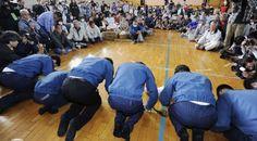 70. Tepco President, Masataka Shimizu, apologizes to evacuated residents around the plant. / El presidente de Tepco, Masataka Shimizu pide perdón a los evacuados de los alrededores de la central.