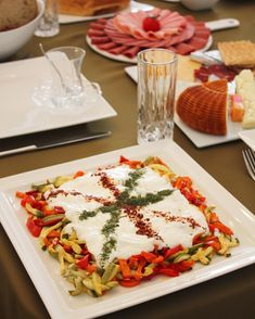 Yoğurtlu salatalarda favori tarifimi veriyorum şimdi size☺️ Böyle bir tabak için; 3 kabak, 3 Havuç ve 3 kırmızı biberi jülyen doğrayın.… Hors D'oeuvres, Salad Recipes, Turkish Recipes, Vegetable Recipes, Waffles, Dishes, Cheese, Food And Drink, Table Decorations