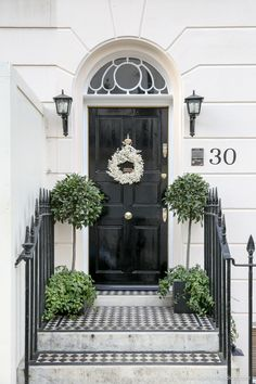 London& streets are ready for Christmas. Specifically the doors. And that& because of the Christmas wreaths in London. House Design, House Exterior, Black Front Doors, Exterior Design, London House, London Christmas, Front Door Design, Doors, London Townhouse