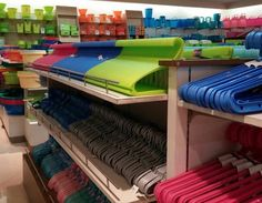 31 Pictures That People With OCD Will Fall In Love With These hangers that are better together. actually this whole store, what I can see of it *LOL* Satisfying Pictures, Most Satisfying, Satisfying Things, Ocd Humor, People With Ocd, Cool Pictures, Funny Pictures, Beautiful Pictures, Raised Right