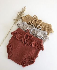 Erantis Bloomers – Knitting for Sif Baby Clothes Patterns, Baby Knitting Patterns, Baby Patterns, Clothing Patterns, Knitting Stitches, Crochet Patterns, Crochet Baby Bloomers, Baby Bloomers Pattern, Knitted Baby Clothes