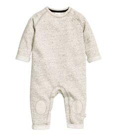 BABY EXCLUSIVE/CONSCIOUS. Strampler aus Bio-Baumwolle in Sweatqualität mit weich angerauter Innenseite. Modell mit langen Raglanärmeln, Kniepatches sowie Druckknöpfen oben und im Schritt. Fixierter Umschlag an Arm- und Beinabschlüssen.