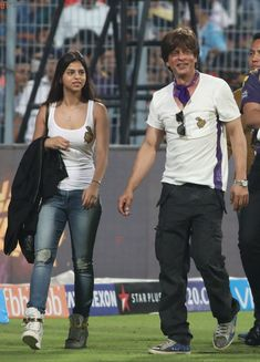Shahrukh Khan's team Kolkata Knight Riders played against Bangalore Royal Challengers and King Khan's daughter Suhana Khan was seen cheering for KKR. Bollywood Images, Indian Bollywood, Bollywood Stars, Bollywood Fashion, Celebrity Workout, Celebrity Kids, Celebrity Pictures, Indian Celebrities, Bollywood Celebrities