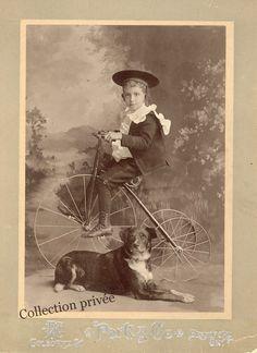 jouets d'enfants, jeux de photographes : Petit garçon sur un tricycle avec son chien à ses ...