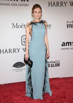 Si quieres ser la invitada más espectacular imita aDiane Kruger con este vestido azul con plumas negras de Prada. Nos encanta.