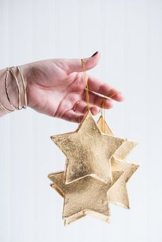 Click through for this golden star ornaments DIY and a whole bunch of other DIY holiday ornaments to try before Christmas! Diy Christmas Star, Merry Little Christmas, Diy Christmas Ornaments, Holiday Crafts, Christmas Decorations, Christmas Ideas, Ornaments Ideas, Christmas Games, Christmas Shirts