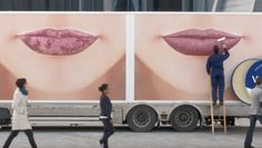Esta valla #publicitaria que demuestra la efectividad del protector labial que anuncia. #marketing #creatividad